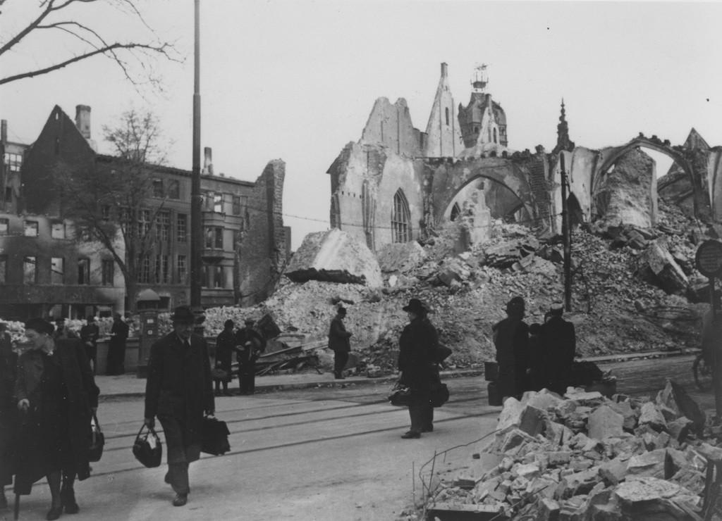 Ein trostloser Anblick: Ein weiterer Luftangriff am 6. Oktober 1944 setzte die noch unversehrt gebliebenen Teile des Kirchenschiffs in Brand. Nur die Außenmauern und die Kapelle blieben erhalten. Bildvorlage: Staatsarchiv Bremen