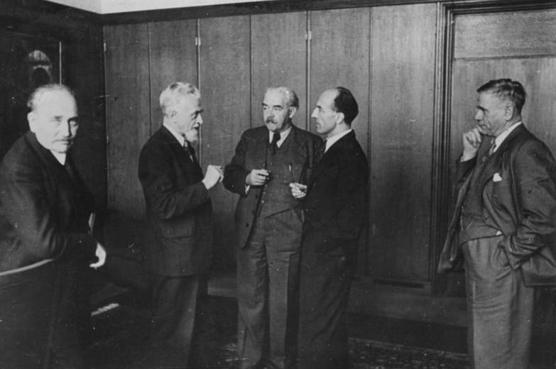 Gesprächsbedarf: Bremens Bürgermeister Wilhelm Kaisen (l.) 1947 mit den Ministerpräsidenten anderer Länder, darunter der niedersächsische Landeschef Hinrich Kopf (Mitte). Bildvorlage: Bundesarchiv Koblenz
