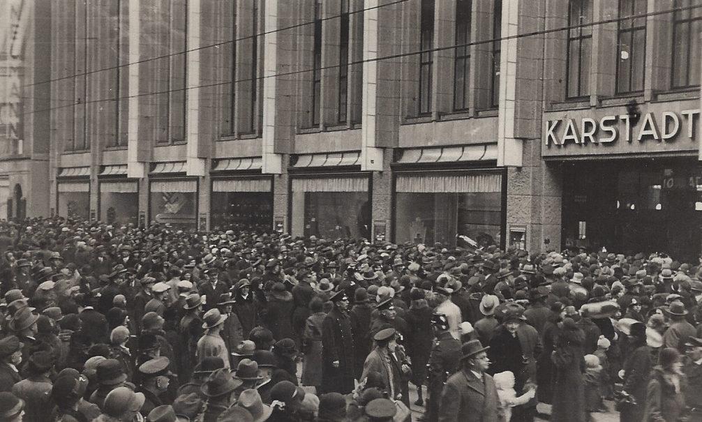 Davon kann Karstadt heute nur noch träumen: Als das neue Warenhaus in der Bremer Innenstadt am 26. Februar 1932 seine Pforten öffnete, strömten die Massen herbei - teilweise auf Kosten des Hauses. Bildvorlage: Privat