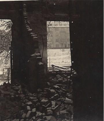 Blick aus einem zerstörten Haus am Werderufer - eine nicht ganz ungefährliche Art der Fotodokumentation. Foto: Privat