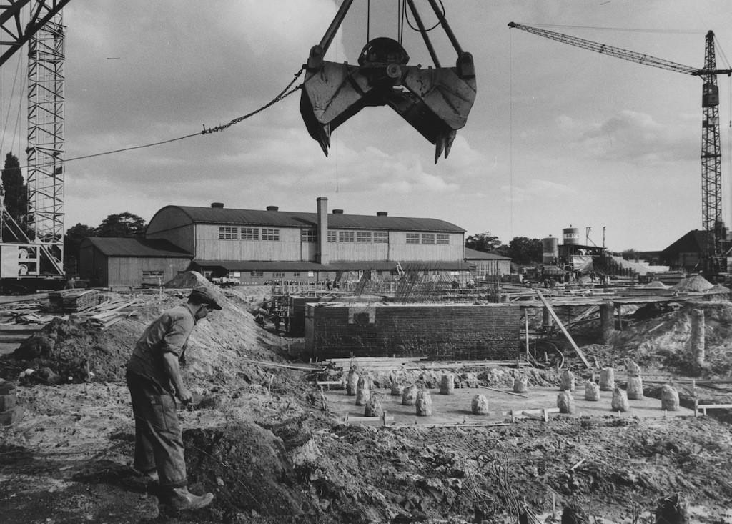 Da stimmt doch was nicht: Im Frühjahr 1961 haben die Baurabeiten für die Stadthalle schon begonnen, die hölzerne Sporthalle im Hintergrund steht aber immer noch. Und zwar mitten im Weg. Bildvorlage: Staatsarchiv Bremen