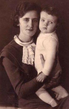 War in gedrückter Stimmung am heiligen Abend 1944: Tagebuchschreiberin Magret Rehm, hier mit einer ihrer beiden Töchter. Bildvorlage: Privat