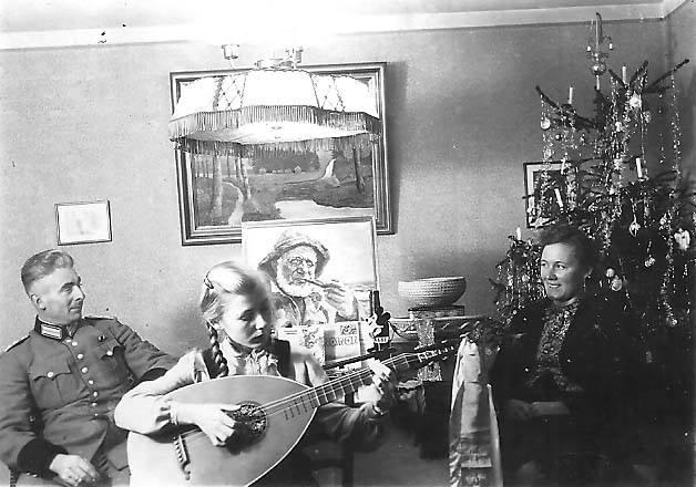 Weihnachten 1943 bei der Familie Sorger in Bremen: Noch wirkt das Fest einigermaßen beschaulich, der Baum ist noch mit Lametta geschmückt, der Gabentisch gut gedeckt. Vater Friedrich Sorger trägt die Uniform der Berufsfeuerwehr. Bildvorlage: Gerald Sorger