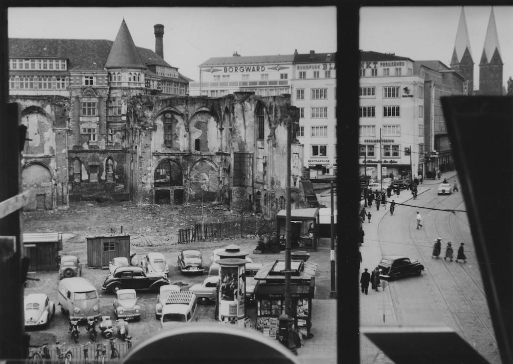 Nur noch ein paar Außenmauern waren erhalten: die Ruine der St. Ansgarii-Kirche im Jahre 1952. Quelle: Staatsarchiv Bremen