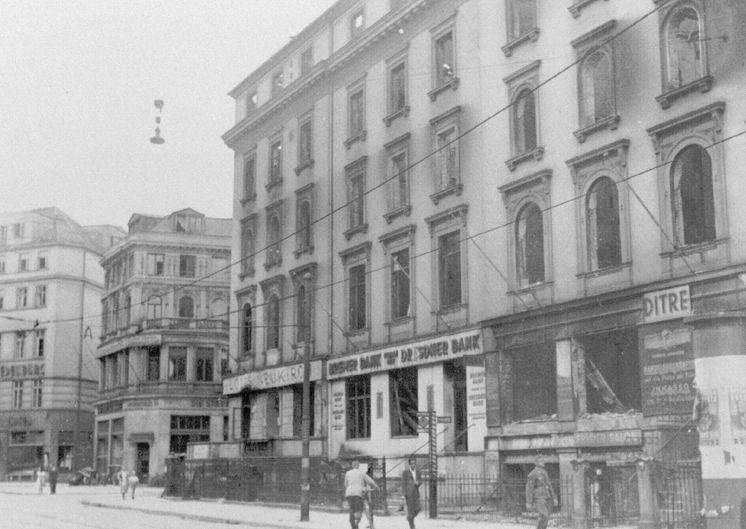 Nach dem Luftangriff vom 18./19. August 1944: Bahnhofstraße von links nach rechts 31-34, Einmündung Philosophenweg (vorn) und Hinter dem kleinen Barkhof. Quelle: Staatsarchiv Bremen