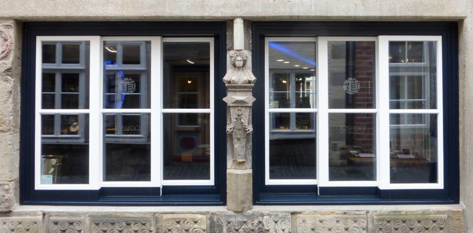 Einst in der alten St. Ansgarii-Kirche, jetzt als Fensterschmuck im Schnoor: das Epitaph als Verkleidung der Mittelstütze zwischen zwei Fenstern im Erdgeschoss des Hauses Schnoor 38. Foto: Peter Strotmann