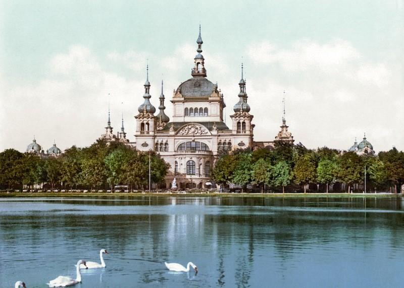 Hier mal ohne Baugerüste: das fertige Parkhaus während der Ausstellung von 1890. Quelle: Wikicommons
