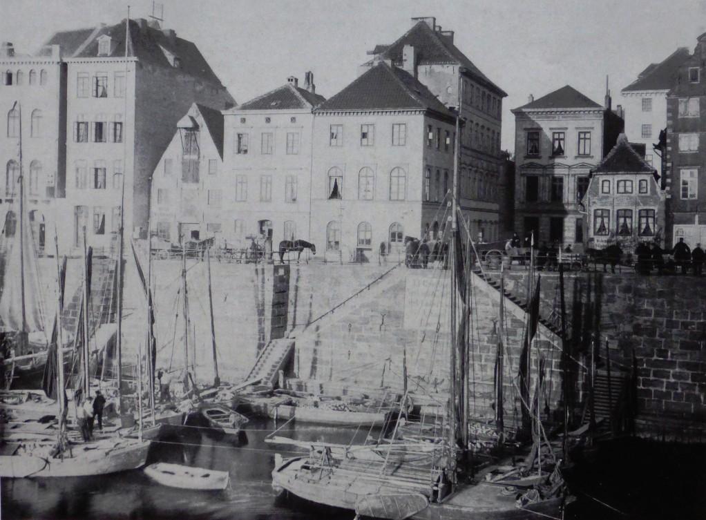 Noch Hafenbetrieb: die letzte Schlachtpforte 1885 mit den Häusern Schlachte 35 (Eckhaus links) und 36. Auch nach 1900 wurden hier noch Güter umgeschlagen. Quelle: Das vergangene Bremen, Rudolf Stein, 1961