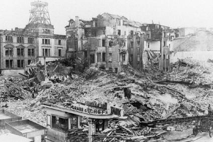 Eine Trümmerwüste: Bereits im September 1942 verzeichnete die Gegend am Breitenweg (hinten das heutige Übersee-Museum) schwere Bombenschäden. Quelle: Staatsarchiv Bremen
