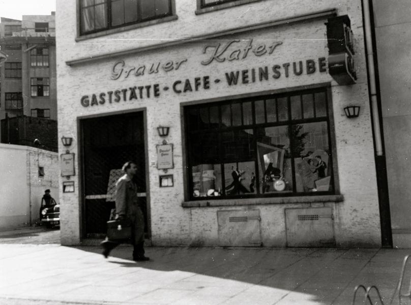 """Auferstanden aus Ruinen: der """"Graue Kater"""" als Gaststätte-Cafe-Weinstube am Herdentorsteinweg 38 um 1950. Quelle: Staatsarchiv Bremen"""