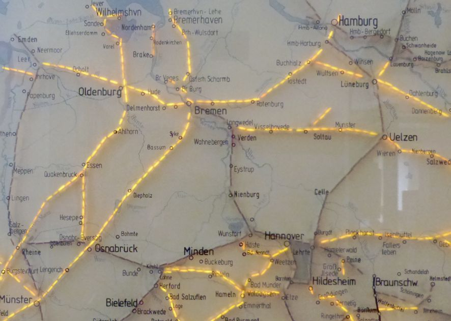 Schon besser: Nach 1860 wurde das Eisenbahnnetz schnell erweitert. Von 1860 bis 1880 angelegte Bahnstrecken: gelb markiert. Die Verbindung Bremen-Hamburg wurde 1873 eröffnet. Quelle: DBMuseum-Nürnberg
