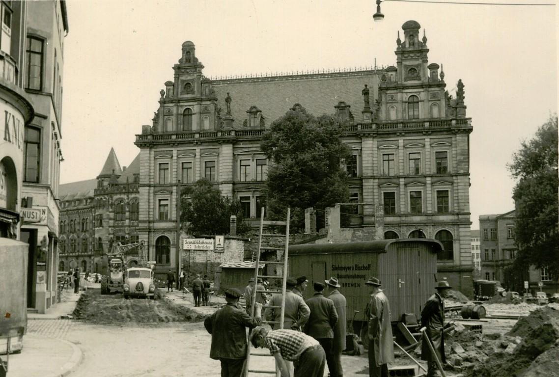 Die Hauptpost an der Domsheide aus einem höchst ungewohnten Blickwinkel: nämlich von der Balgebrückstraße aus, auf der Aufnahme von 1960 sieht man die unverbaute Seitenfront. Am linken Seitenrand eben noch erkennbar: das Zigarrengeschäft Knust und gegenüber ein Gebäude an der heute aufgehobenen Petristraße.