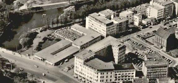 Flach, aber komplex: der Hillmann-Komplex mit Café und Passage auf einer Luftaufnahme von 1958. Quelle: Peter Strotmann