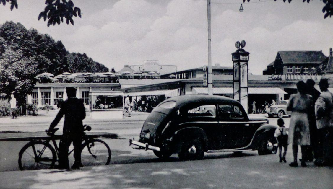 Aus der Ferne grüßt die Dachterrasse: Hillmann Café und Hillmann Passage auf einer Ansichtskarte von 1955. Quelle: Peter Strotmann