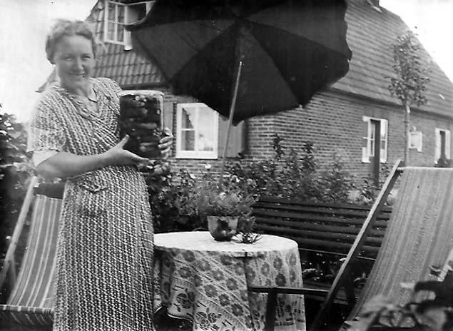 Selbstversorgung wurde groß geschrieben: Erna Sorger mit eingemachten Gurken. Bildvorlage: Gerald Sorger