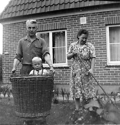 Ab ins Körbchen: der kleine Gerald Sorger mit seinen Eltern in den frühen 1950er Jahren. Bildvorlage: Gerald Sorger