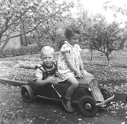 Im Garten unterwegs: Gerald Sorger am Steuer seines Borgward Cabrio. Bildvorlage: Gerald Sorger
