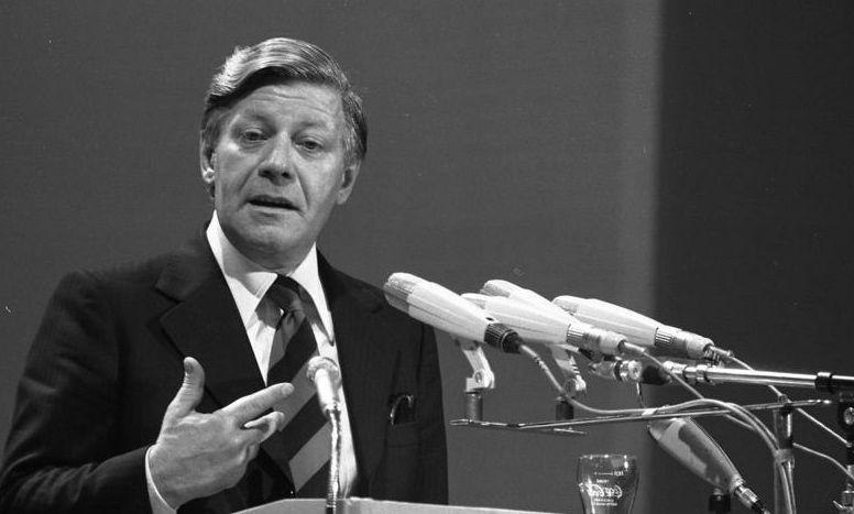 Pflegte auch noch lange nach seiner Soldatenzeit enge Beziehungen zu Fischerhude: Helmut Schmidt, hier als Bundeskanzler beim SPD-Parteitag in Dortmund im Juni 1976. Quelle: Wikicommons/Bundesarchiv Koblenz