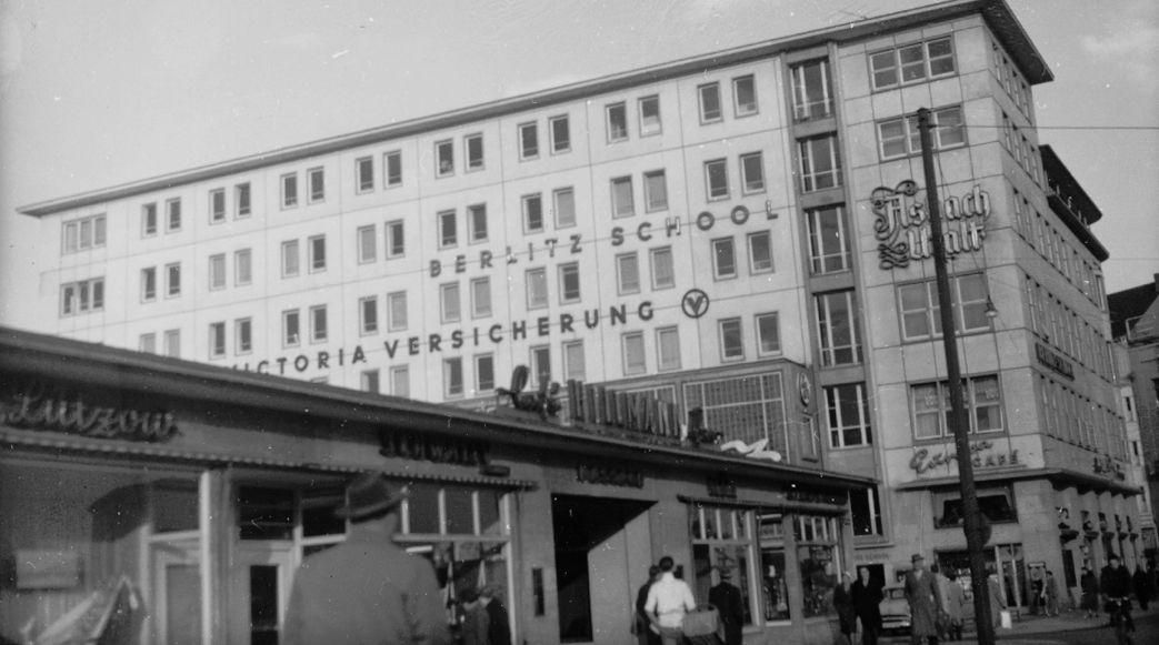 Kaum wiederzuerkennen: Wo heute ein riesiger Klinkerbau steht, befand sich von 1949 bis 1971 das Café Hillmann - an sich ein Provisorium, das eigentlich schon nach zehn Jahren hätte abgerissen werden sollen. Hier zu sehen auf einem Foto von 1956. Quelle: Staatsarchiv Bremen