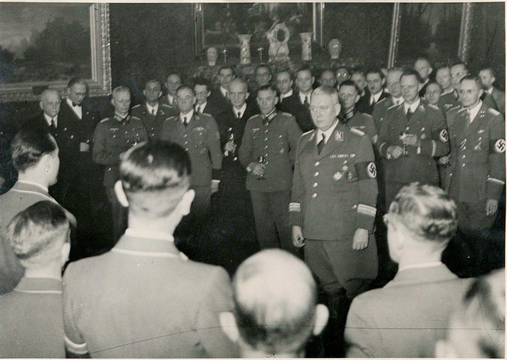 Im Kreis der Mächtigen: Polizeipräsident Johannes Schroers (erste Reihe hinten, 3. v. li.) beim Neujahrsempfang 1944 im Bremer Rathaus. Quelle: Staatsarchiv Bremen