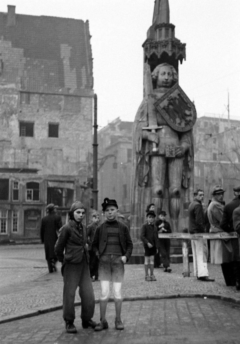 Oft sich selbst überlassen: Kinder mussten in den frühen Nachkriegsjahren oft ohne elterliche Fürsorge auskommen - wie diese beiden 1946 auf dem Marktplatz. Quelle: LIFE-Magazine
