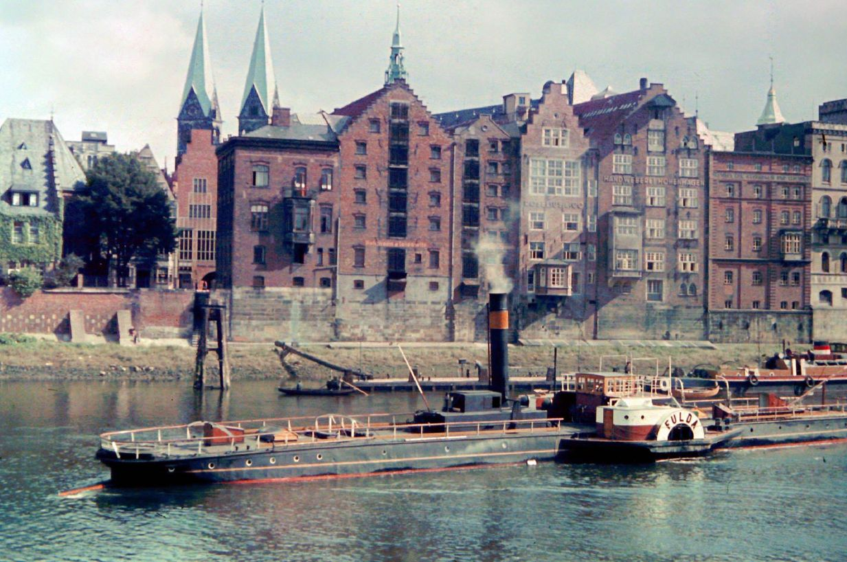 Auch das gab es mal in Bremen: ein Raddampfer als Schlepper für nicht-motorisierte Binnenschiffe. Einen faszinierenden Eindruck der letzten unbeschwerten Tage vor Ausbruch des Zweiten Weltkriegs vermitteln die Farbfotos von Friedrich Sorger. Bildvorlage: Gerald Sorger