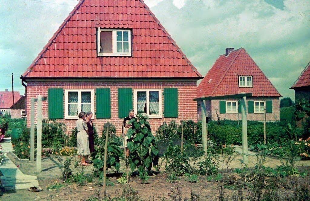 Der erfüllte Traum vom Eigenheim: rückwärtige Ansicht des Hauses der Familie Sorger an der Wurster Straße 21 in Grolland. Im Garten dominieren die Nutzpflanzen, die Rasenfläche ist begrenzt. Bildvorlage: Gerald Sorger