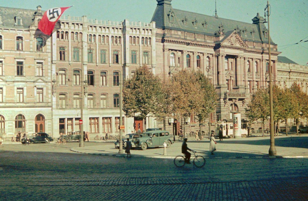 Träge bauscht sich die Hakenkreuz-Flagge am Rutenhof im Wind. Bildvorlage: Gerald Sorger