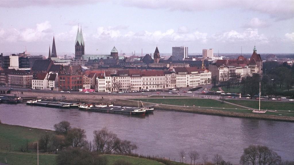 Eine beliebte Postkartenansicht: Blick vom Wasserturm auf die Weser in Richtung Tiefer auf einer Aufnahme von 1967. Am linken Bildrand ist ein auffälliges, rot verklinkertes Backsteingebäude zu erkennen - was war das für ein Bau und was ist daraus geworden? Bildvorlage: Wikicommons/G. Friedrich