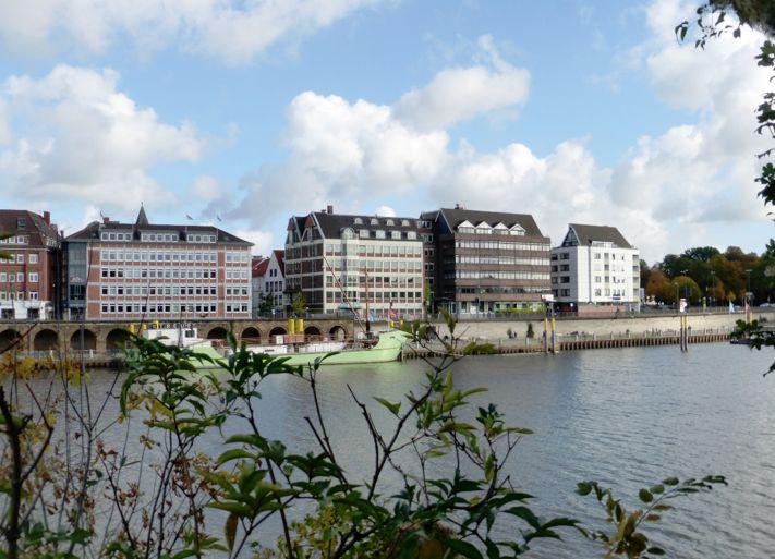 Blick über die Weser: Von der Werderstraße aus gesehen machen die Bauten eine annehmbare Weserfront aus. Nach 1945 wurde die Tiefer zur Hauptverkehrsstraße ausgebaut und die Ufermauer erneuert. Foto: Peter Strotmann
