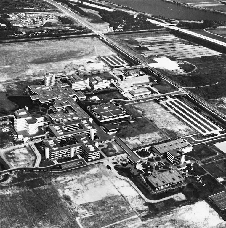 Die Universität Bremen in ihren frühen Jahren um 1980. Unten rechts ist der Sportbereich mit Unibad und Sportturm zu erkennen. Inzwischen sind zahlreiche Gebäude hinzugekommen. Bildvorlage: bremer zentrum für baukultur