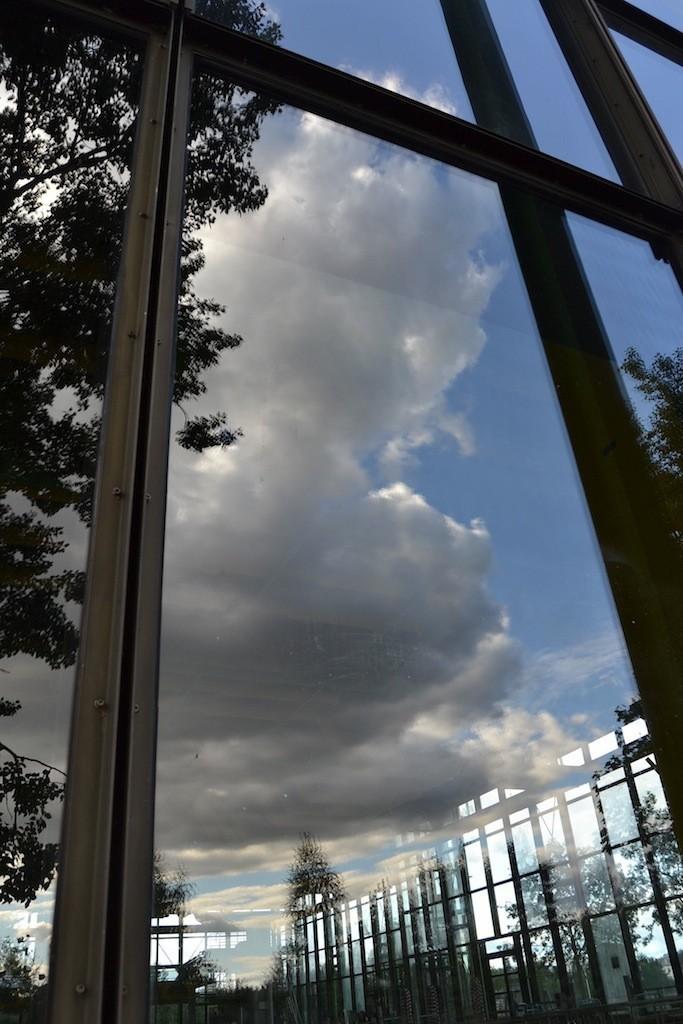 Dunkle Wolken brauen sich über dem Unibad zusammen - das Unibad steht vor einer ungewissen Zukunft. Foto: Frank Hethey