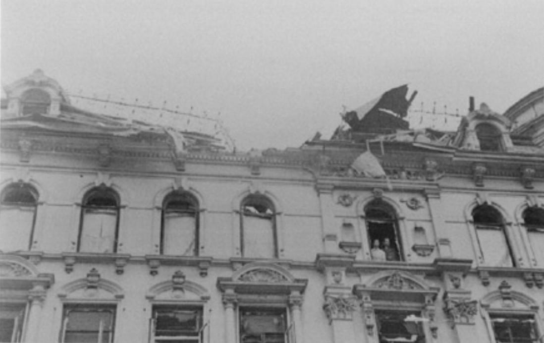 Nach dem 92. Luftangriff vom 26. Juni 1942 ist das Hotel Europäischer Hof teilweise zerstört. Bisher waren Hotelgäste im Haus. Bald wird es ein Gemeinschaftslager für die Focke-Wulf-Werke sein. Quelle: Staatsarchiv Bremen