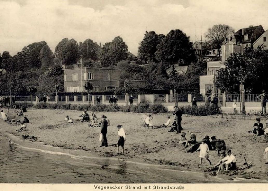 Vegesacker Strand mit Strandstraße Ansichtskarte 1933 Links das Wohnhaus des Architekten Ernst Becker von 1926 (nicht erhalten), rechts das 1927 von Becker erbaute Haus des Vegesacker Rudervereins (steht unter Denkmalschutz). Quelle: Peter Strotmann