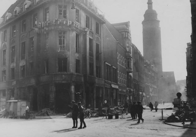 Kreuzung Obernstraße/Brill am 19. August 1944: vielleicht das letzte Bilddokument des intakten Ansgarii-Kirchturms. Gut zu erkennen ist die Absperrung der Obernstraße. Bildvorlage: Staatsarchiv Bremen
