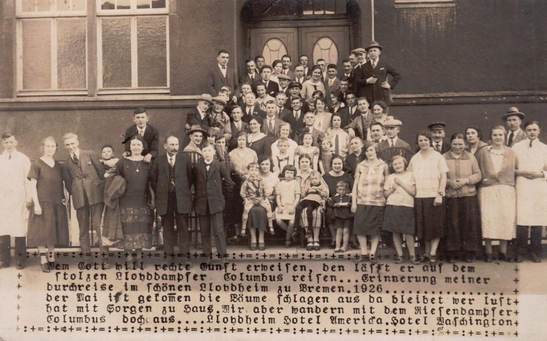 Auf zu neuen Ufern: Auswanderer-Gruppe vor dem Lloydheim 1926. Quelle: Foto Rudolf August Kelch, Photographengeschäft, Frielinger Straße 59/Peter Strotmann