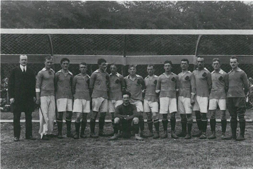 Die Mannschaft des Bremer SV von 1906 e.V nach dem Eröffnungsspiel am 1. August 1920. Quelle: Bremer Sport-Verein von 1906 e.V.