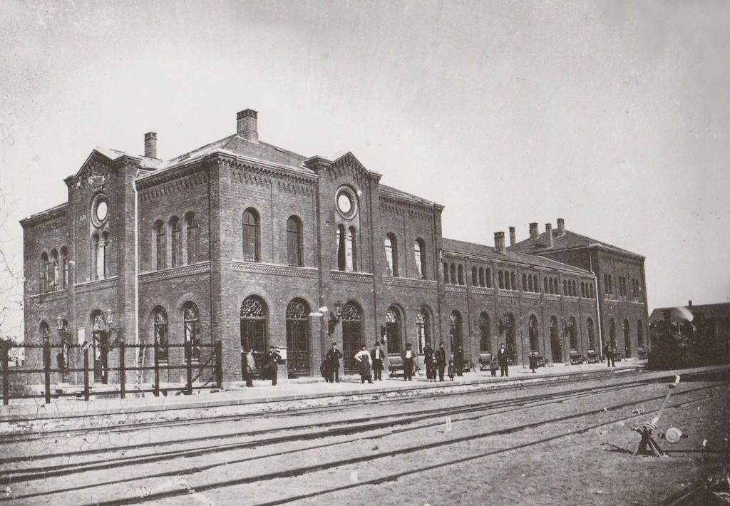 Ein gediegener Klinkerbau ganz im Stil der Zeit: der Bahnhof Grohn-Vegesack um 1870. Ganz rechts steht eine Dampflokomotive. Quelle: Staatsarchiv Bremen