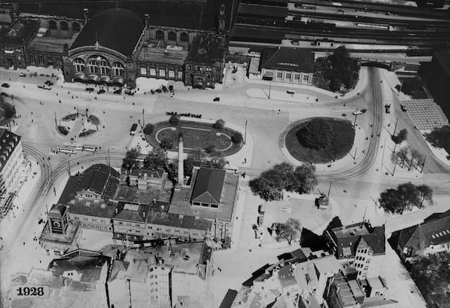 Der Bahnhofsplatz aus der Vogelperspektive im Jahr 1928: oben der Hauptbahnhof, unten das Breitenwegbad mit seinem auffälligen Schornstein. Bildvorlage: Staatsarchiv Bremen