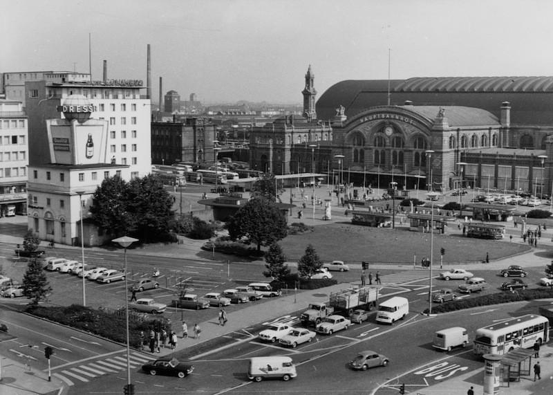 Das waren noch Zeiten: der Bahnhofsplatz im Jahre 1962. Das Breitenwegbad gehörte damals schon seit zehn Jahren der Vergangenheit an, an seiner Stelle befand sich jetzt ein Pavillon des Verkehrsvereins. Der Opel-Turm (l.) wurde wenig später abgerissen. Bildvorlage: Staatsarchiv Bremen