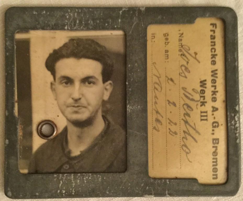 Als französischer Zwangsarbeiter in Bremen: Yves Bertho, hier mit Arbeitsausweis von den Francke-Werken. Quelle: Kellner-Verlag