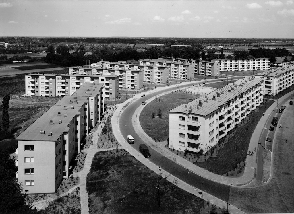 """Kurvige Straßen und Wege, keine rechtwinkligen Zuordnungen, kaum ein Gebäude im gleichen Winkel wie das Nachbarhaus: In der Gartenstadt Vahr wurde die moderne Wohnidee der """"Stadtlandschaft"""" mit bemerkenswerter Konsequenz umgesetzt. Foto: Hed Wiesner"""