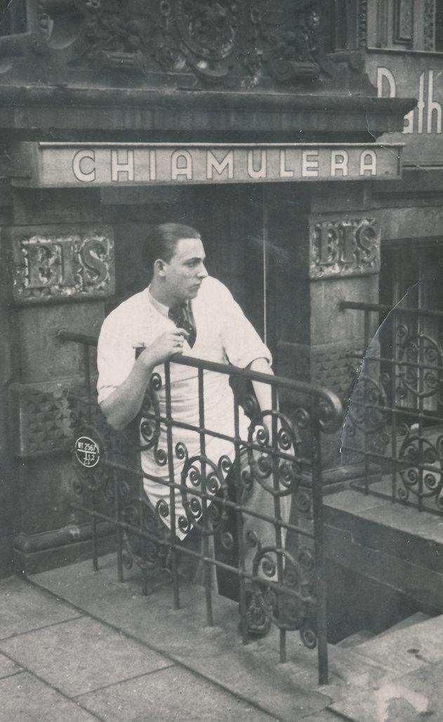 Fesch und lässig: Der junge Bruno Chiamulera vor dem Stammsitz am Markt, heute Konditorei Stecker. Quelle: Marco Ferrari