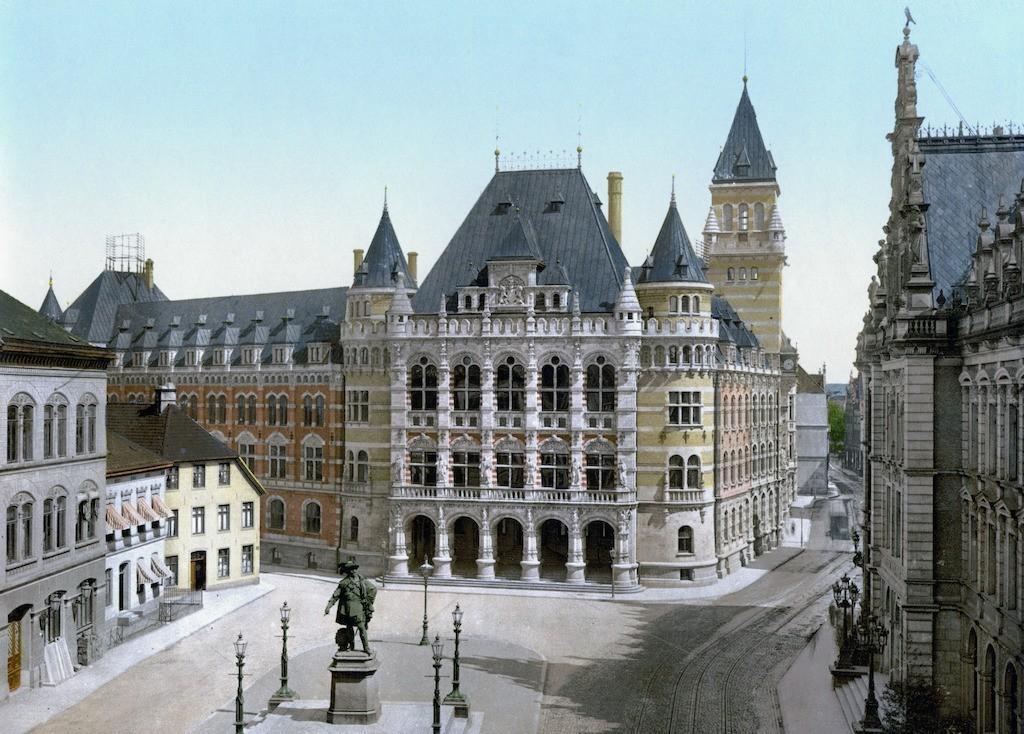 Ein Blick in die Geschichte (63): Kolorierte Ansichtskarte von 1900 zeigt neues Gerichtsgebäude und Gustav-Adolf-Denkmal