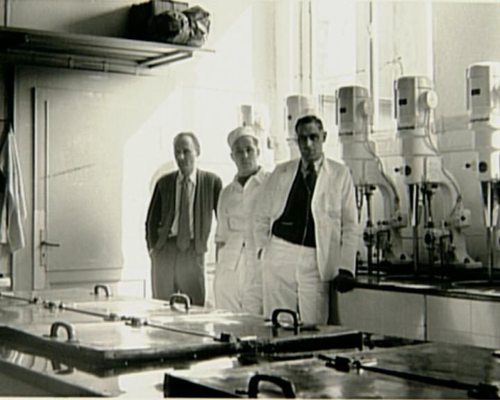 Immer auf dem neuesten Stand: Arrigo Chiamulera (r.) um 1960 vor den Eismaschinen in der Produktion an der Obernstraße. Quelle: Marco Ferrari