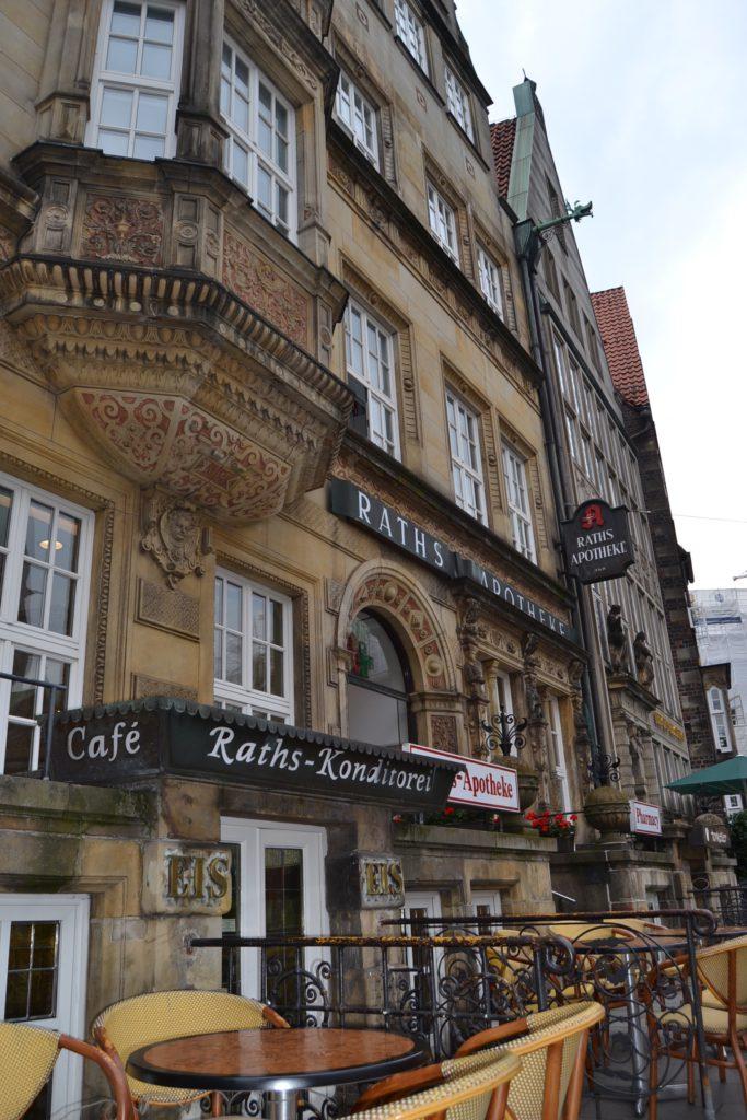Gut erhalten: die alten Chiamulera-Eis-Aufschriften am Gebäude der Raths-Apotheke am Markt, heute Konditorei Stecker. Foto: Frank Hethey