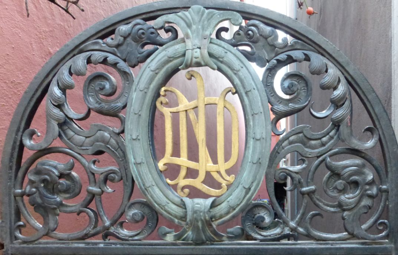"""Die """"Elefantentür"""" im Schnoor: Lorbeerschmuck-Kartusche aus Bronze mit den Initialen NDL für Norddeutscher Lloyd. Foto: Peter Strotmann"""