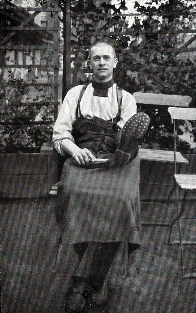 Ohne Waffe, aber mit Bürste: Rekrut Gorch Fock 1915 beim Schuheputzen in Bremen. Quelle: Jakob Kinau, Gorch Fock, München 1935