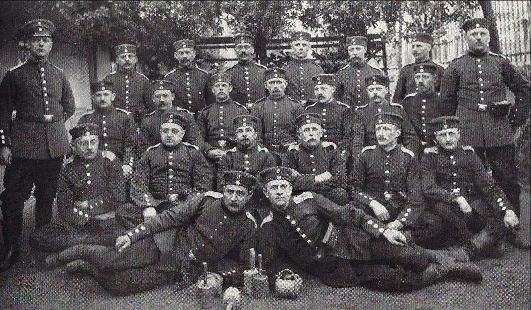 Als Rekrut in Bremen: Gorch Fock als Angehöriger des Hanseatischen Infanterie-Regiments Nr. 75 (unten liegend, rechts). Quelle: Jakob Kinau, Gorch Fock, München 1935