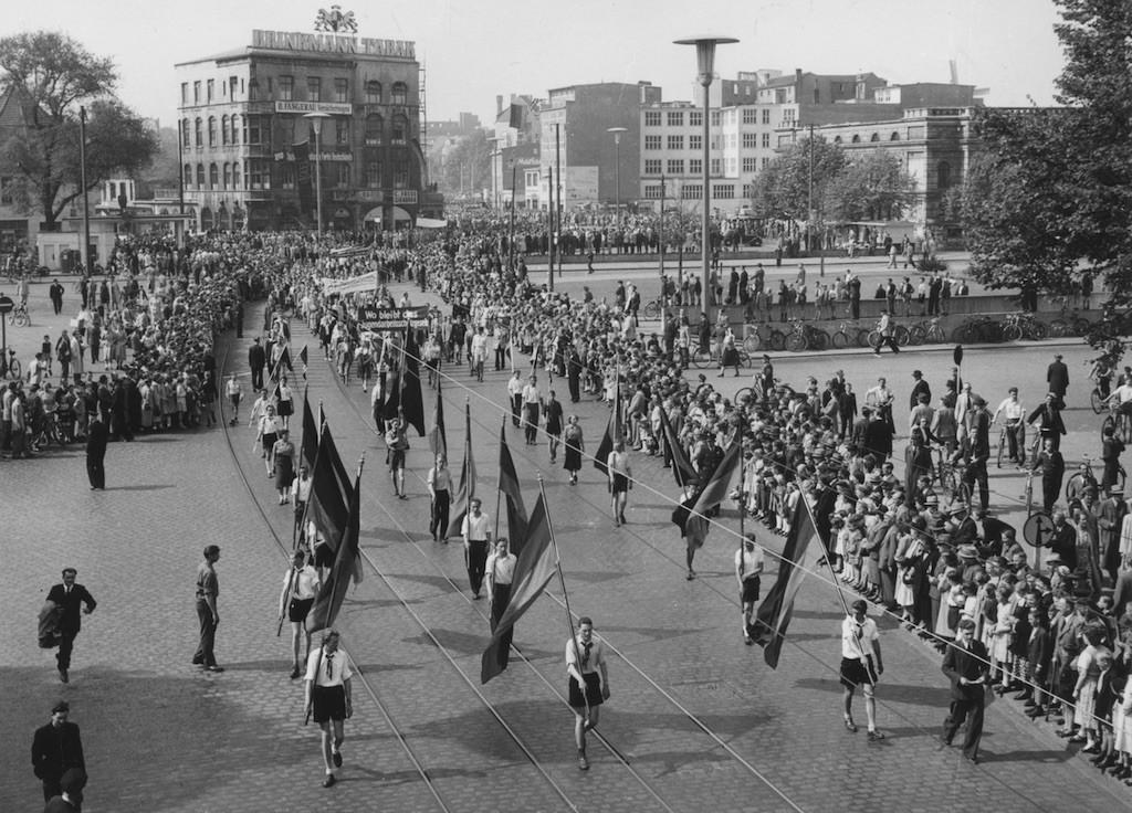 Eine beeindruckende Demonstration: der Mai-Umzug 1952, von der Eisenbahnbrücke am Hauptbahnhof gesehen. Links oben hinter dem Baum eben noch zu sehen: das 1957 abgerissene Tivoli-Café, heute Standort des Tivoli-Hochhauses. Rechts zu erkennen: die Rückseite des alten Breitenwegbades. Quelle: Staatsarchiv Bremen